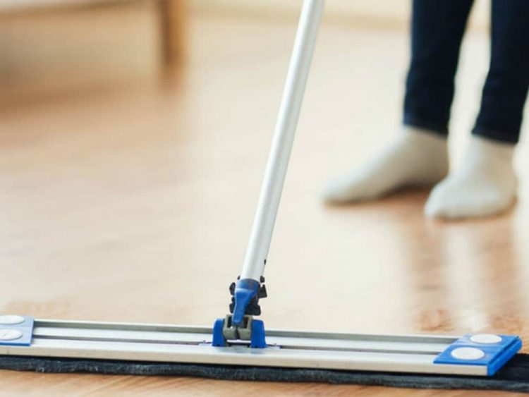 Tránh để các vật nặng tiếp xúc trực tiếp với sàn khi di chuyển