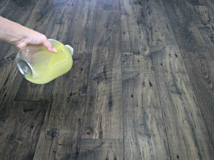 Để sàn khô tự nhiên hoặc lau lại bằng giẻ khô