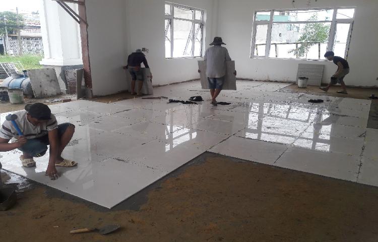 Thi công lắp đặt sàn gạch phức tạp và tốn nhiều thời gian, công sức