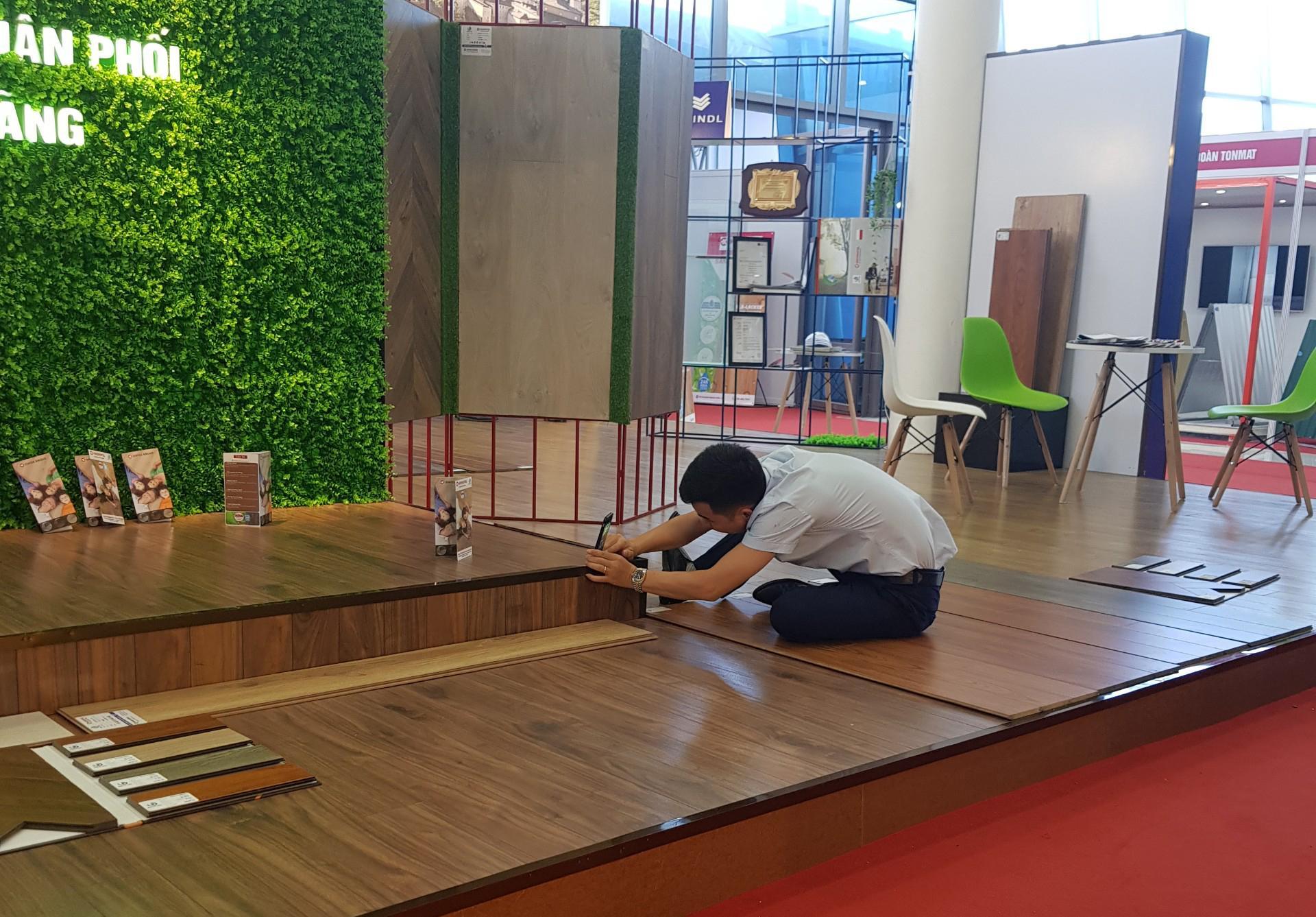 Công tác chuẩn bị cho gian hàng sàn gỗ Kronopol trước khi triển lãm được diễn ra
