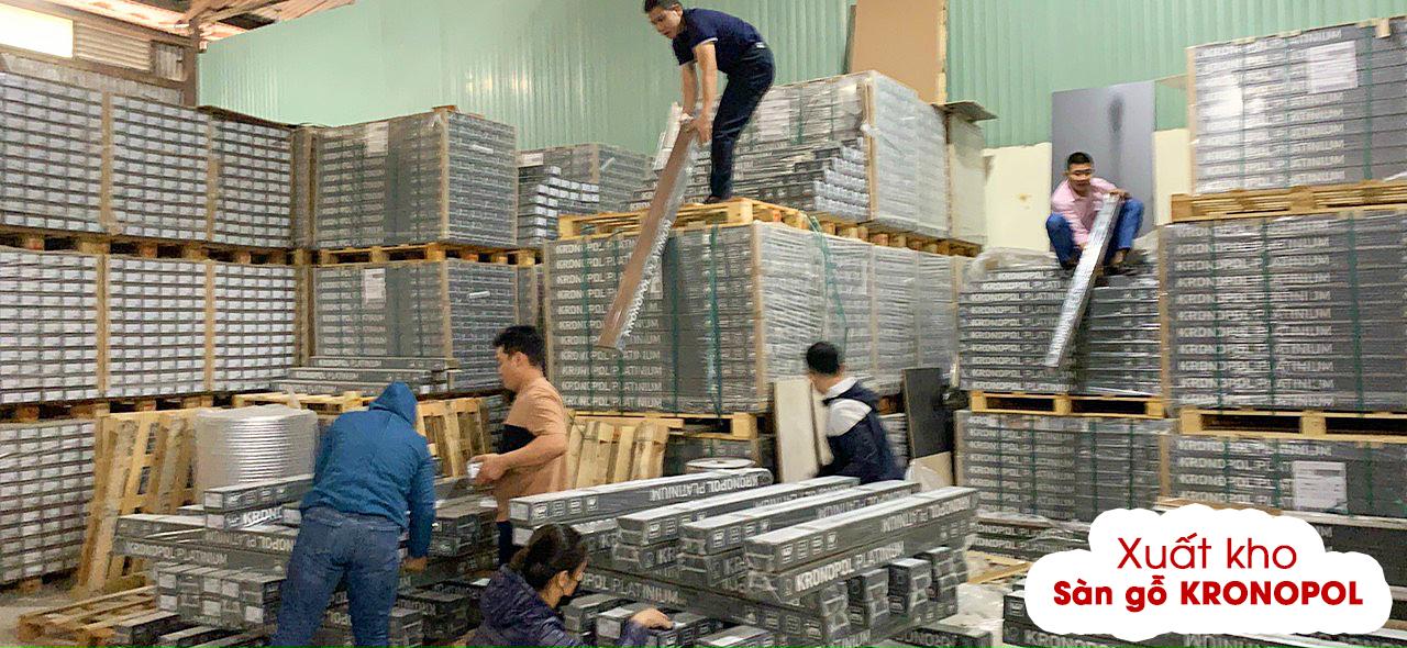 Tại kho sàn gỗ Kronopol Hà Nội, toàn bộ anh em Kinh doanh đang hỗ trợ cùng bộ phận kho vận chuyển hàng lên xe